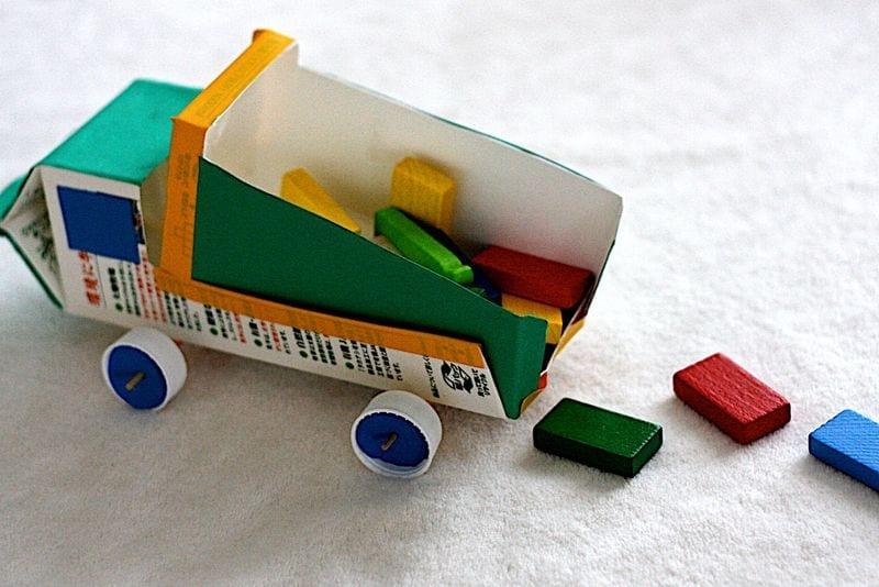 brinquedos reciclados com caixa de leite caminhao