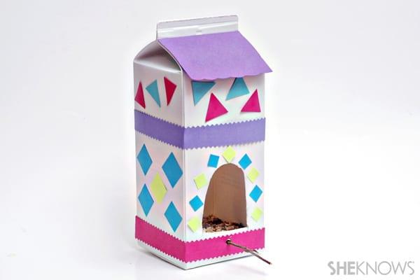 brinquedos reciclados com caixa de leite casa de passarinhos
