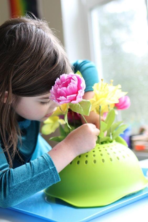 colocar flores em um escorredor