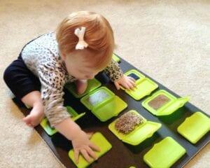 painel sensorial montessori com caixa de lenco umedecido 03