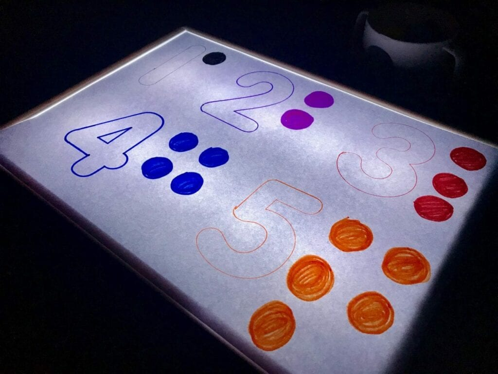 Atividade com numeros de 1 a 5 com a caixa de luz reggio emilia 01