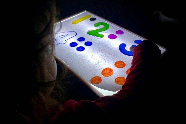 Atividade com numeros de 1 a 5 com a caixa de luz reggio emilia 02