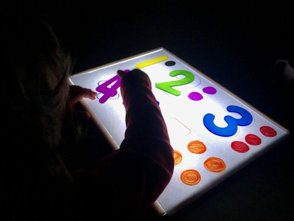Atividade com numeros de 1 a 5 com a caixa de luz reggio emilia 03