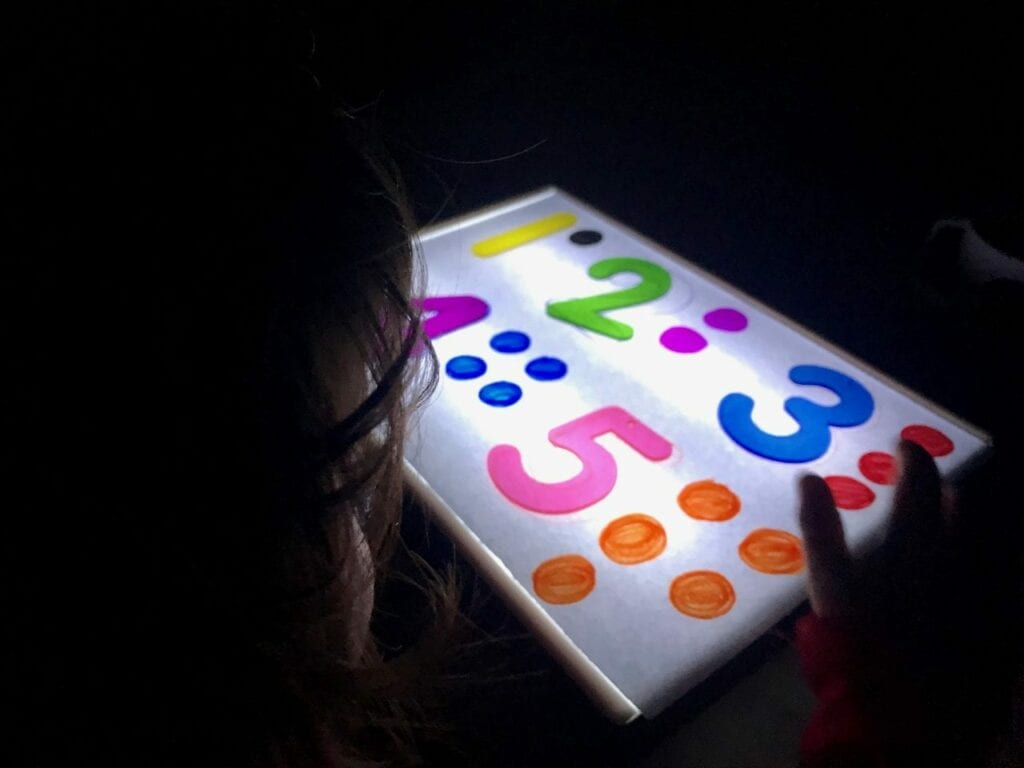 Atividade com numeros de 1 a 5 com a caixa de luz reggio emilia 04