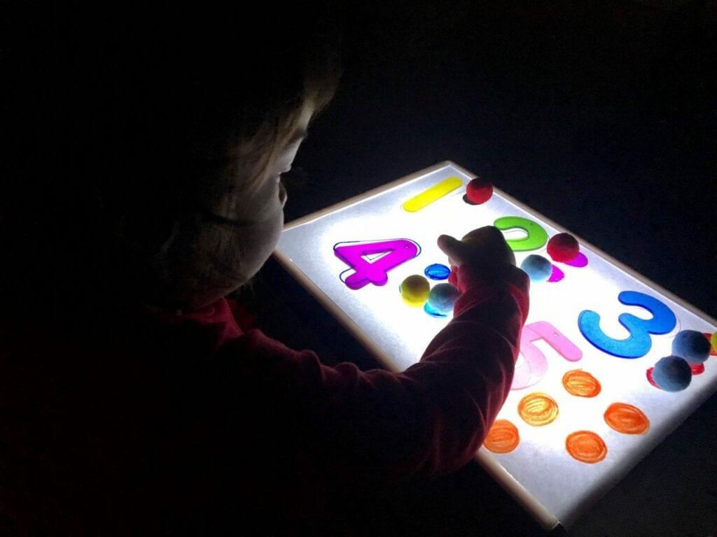 Atividade com numeros de 1 a 5 com a caixa de luz reggio emilia 06