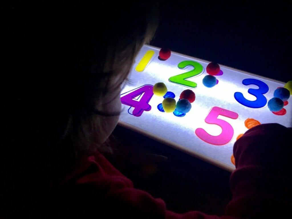 Atividade com numeros de 1 a 5 com a caixa de luz reggio emilia 07