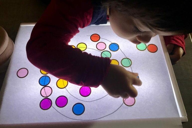 Atividades com a mesa de luz para criancas de 0 a 3
