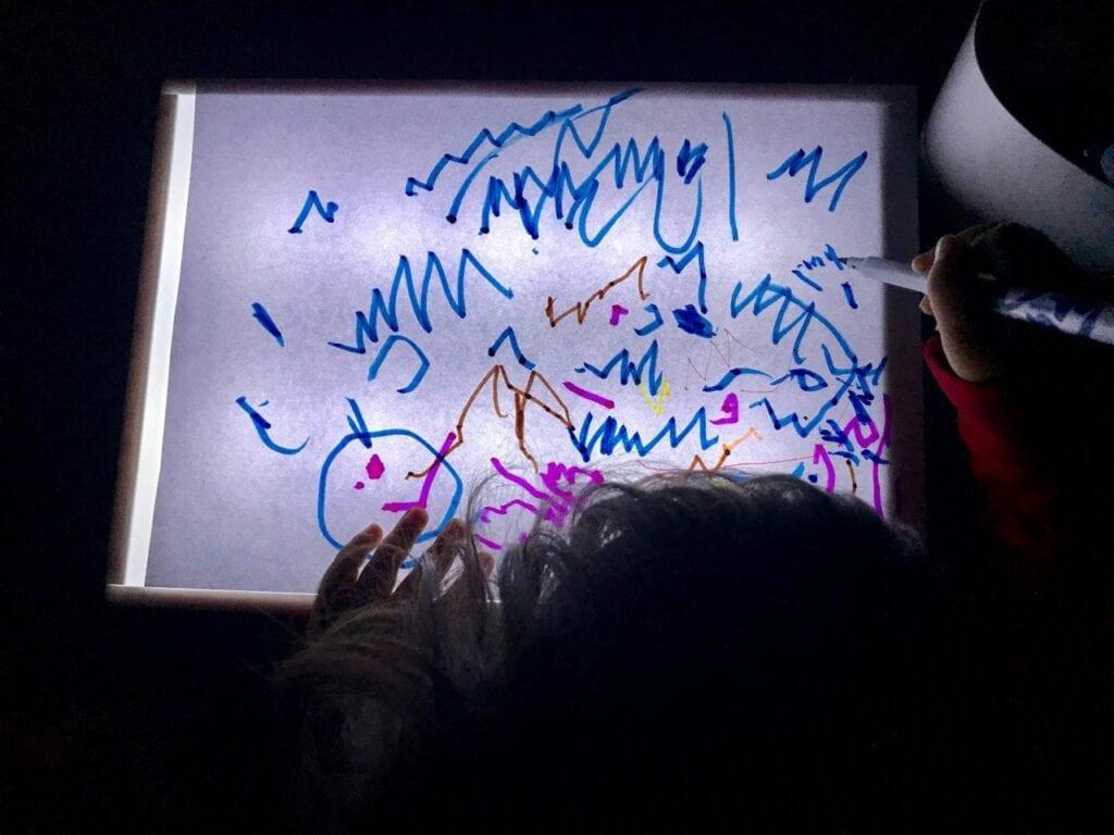 Desenhos na mesa de luz Reggio Emilia 03