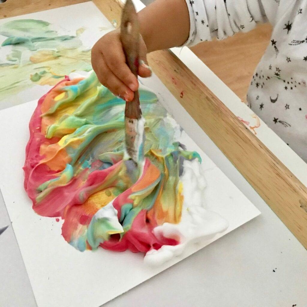 atividade de pintura arco iris com espuma de barbear 11