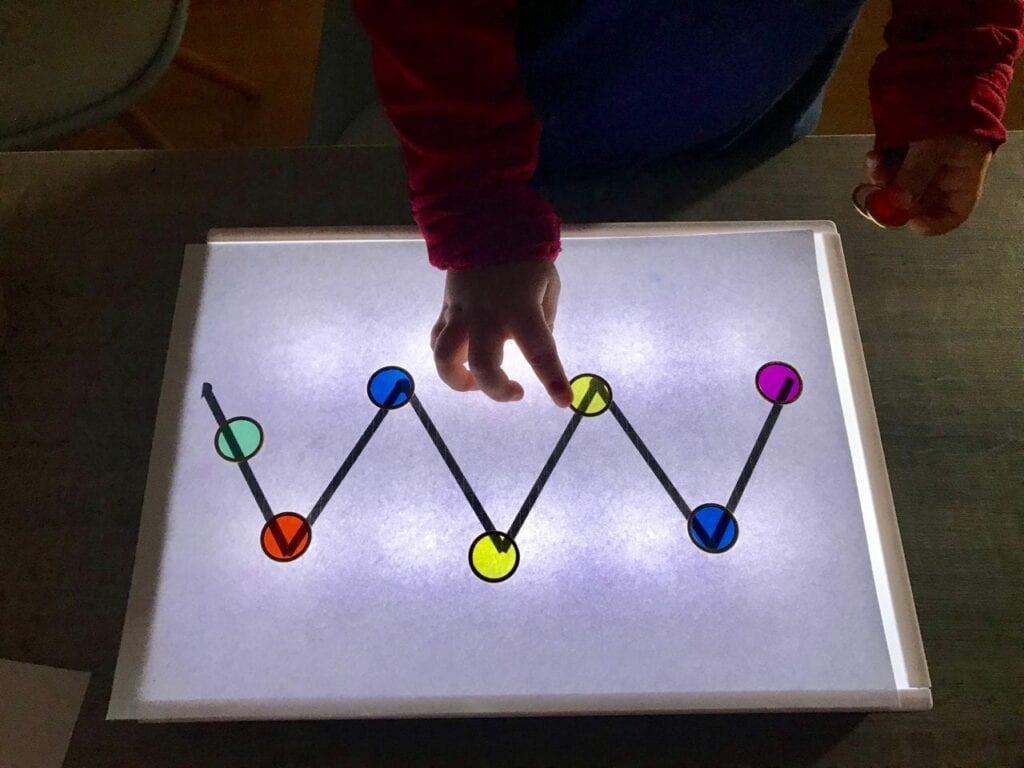 atividade de pre escrita mesa de luz reggio emilia 04