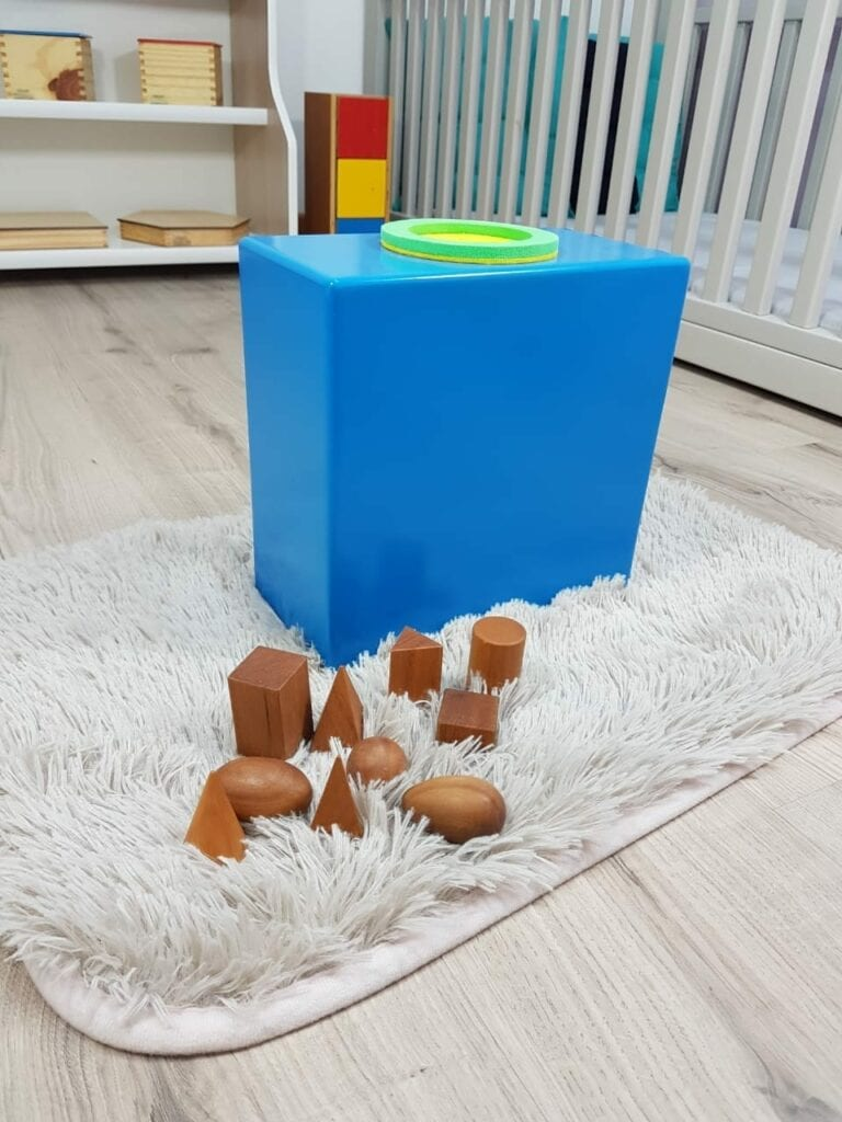 caixa do tato e solidos geometricos montessori 03