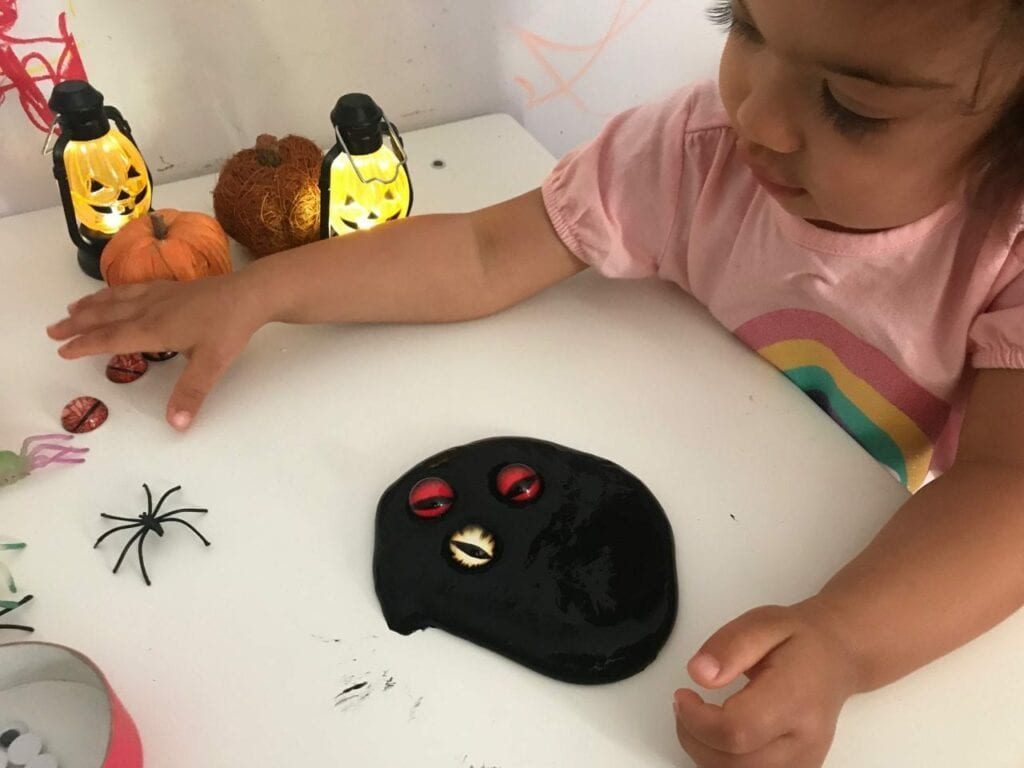mesa de jogos sensoriais do halloween 05