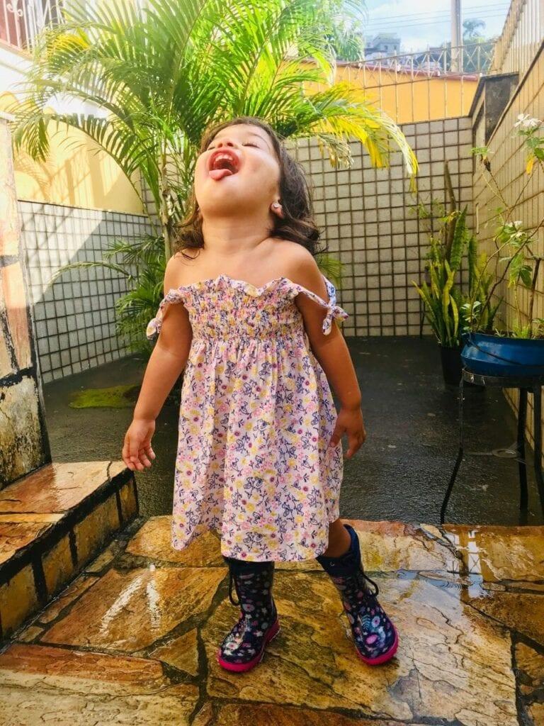 deixar sue filho tomar banho de chuva 06