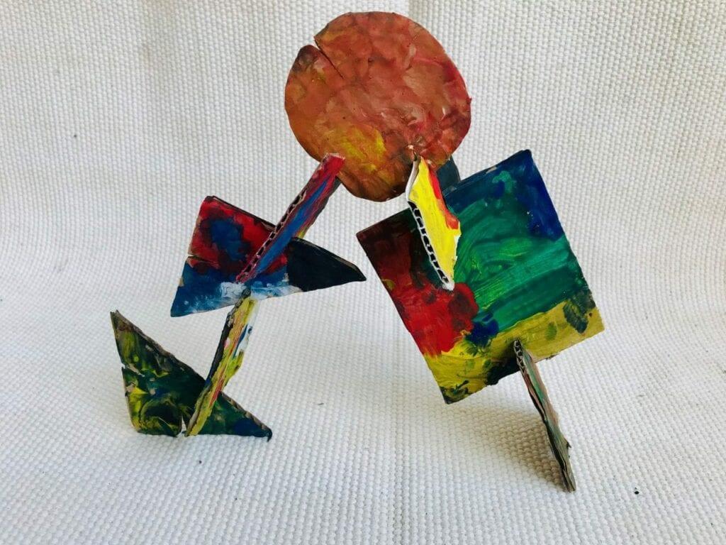 esculturas abstratas criativas com caixa de papelao 12