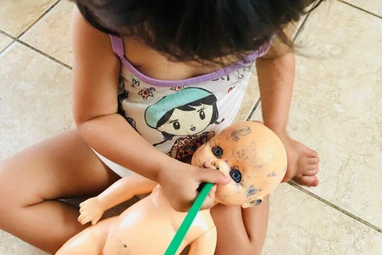 minha filha pinta as bonecas 01