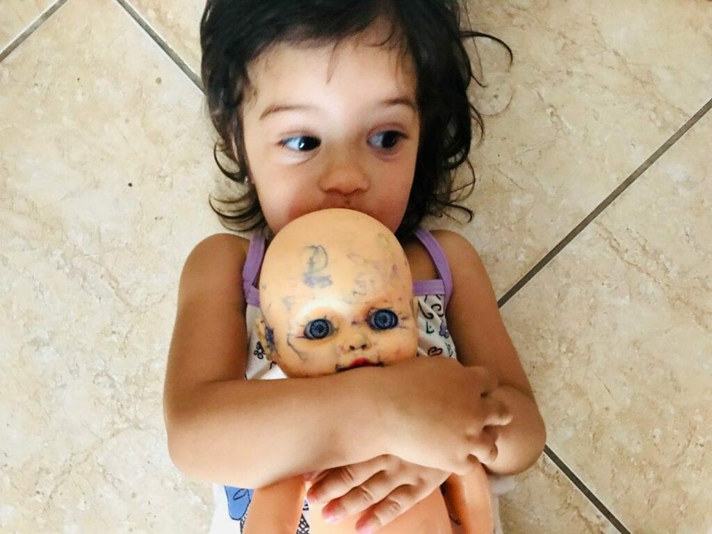 minha filha pinta as bonecas 02