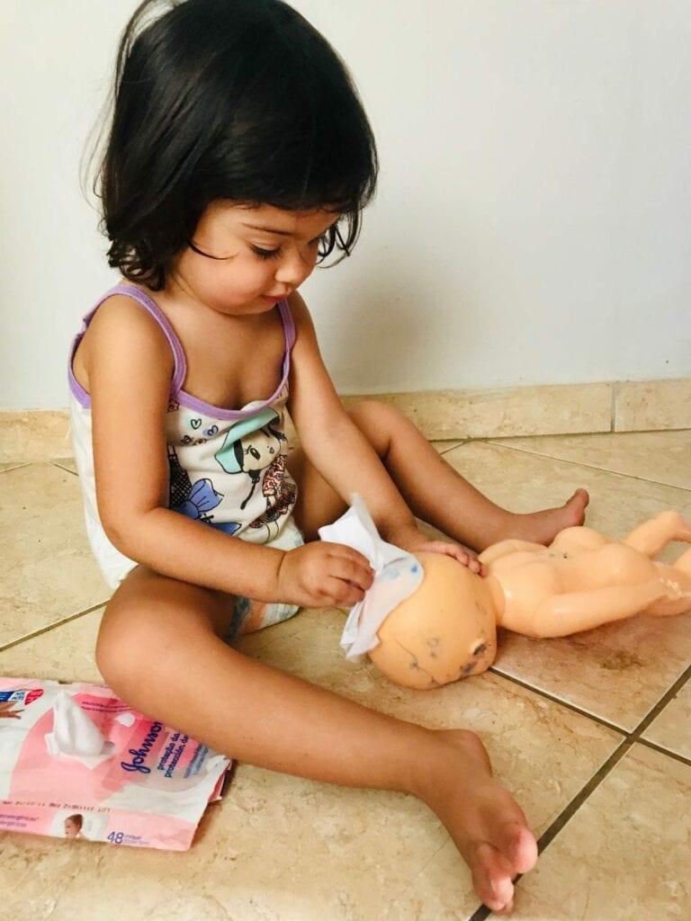 minha filha pinta as bonecas 03