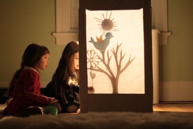 teatro de sombras com uma caixa e papelao