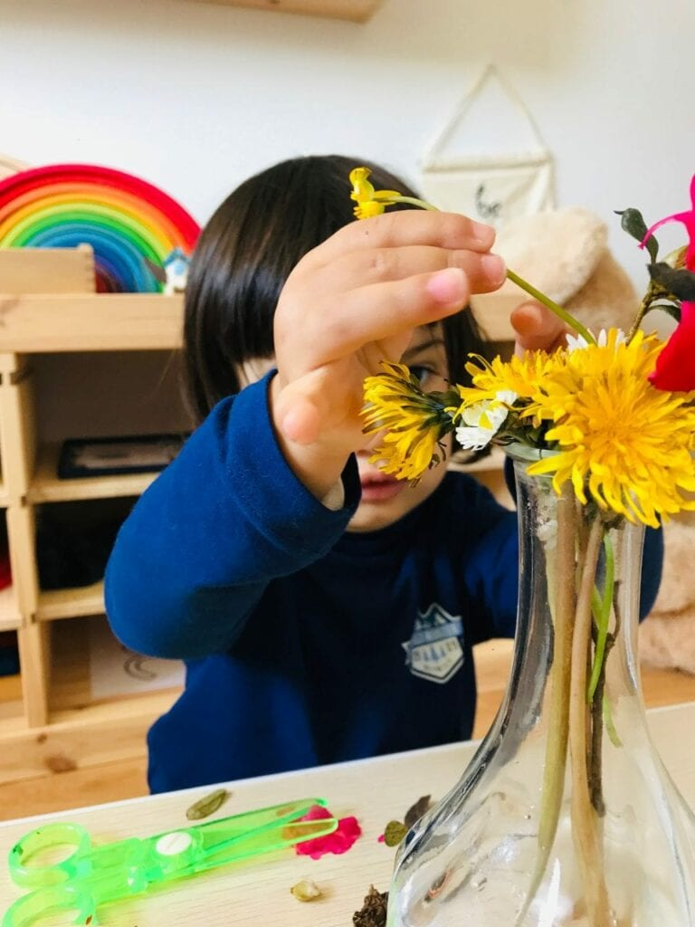 fazer arranjos de flores vida pratica montessori 07