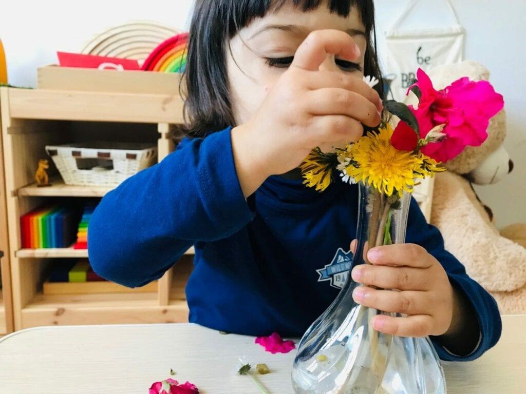 fazer arranjos de flores vida pratica montessori 09