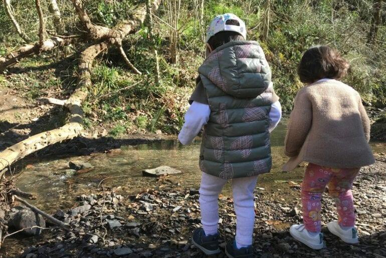 jogar pedras no rio atividade na natureza 01