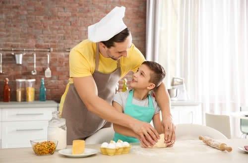 crianca cozinhar