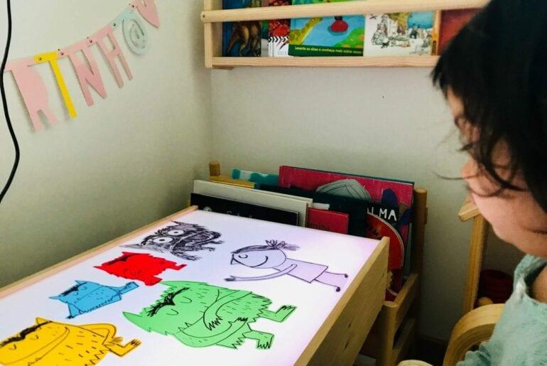 Conto O Monstro das cores na mesa de luz 01