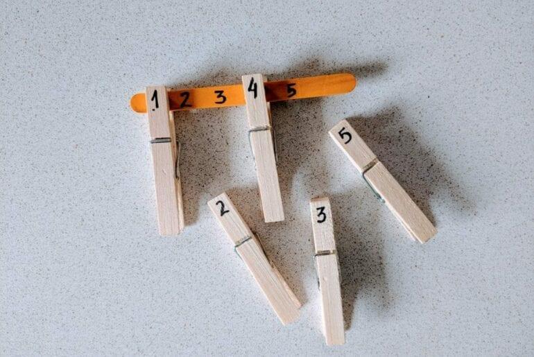 Pareamento de numeros de 1 a 5 com pregadores