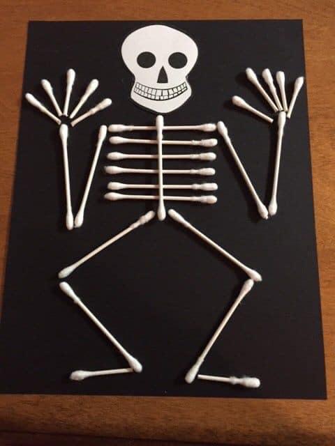 Esqueleto do Halloween com cotonetes