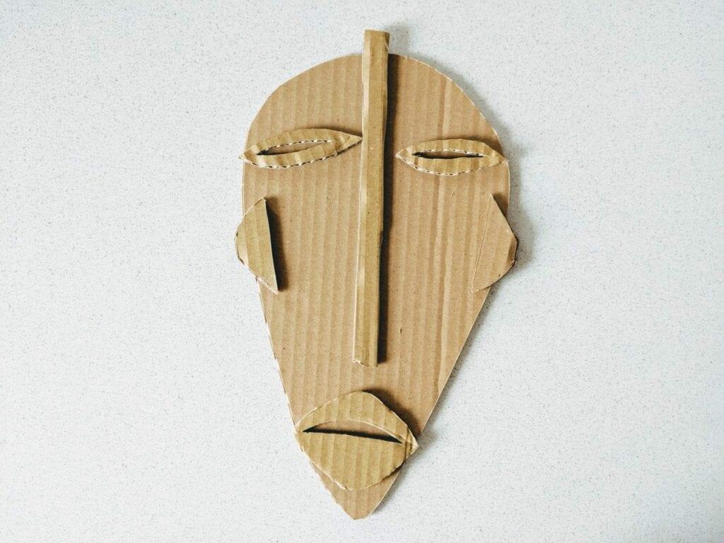 Como fazer uma máscara africana de papelão 03