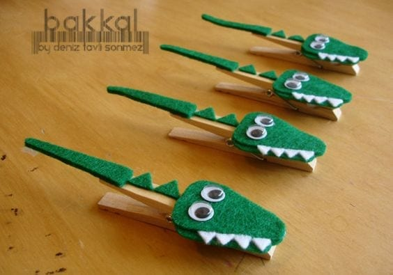 crocodilo feito com pregadores de roupa