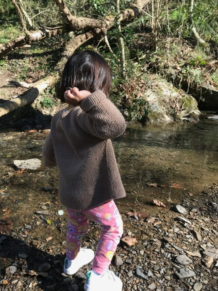jogar pedras no rio atividade na natureza 02