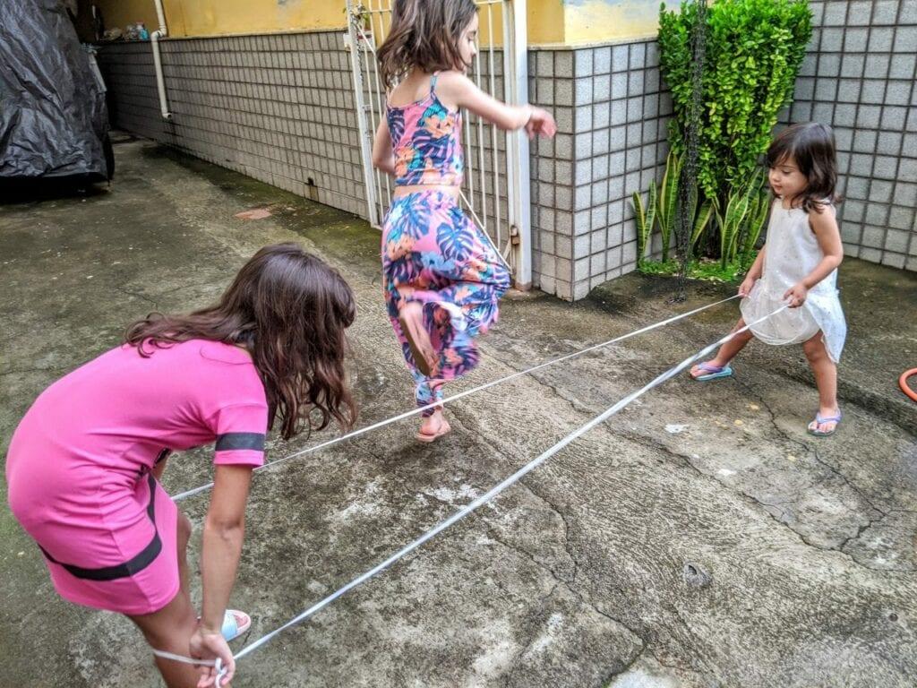 pular elastico jogos tradicionais
