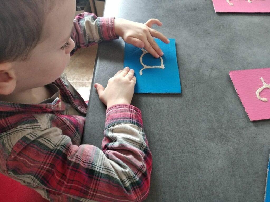 Como fazer letras de lixa Montessori 07