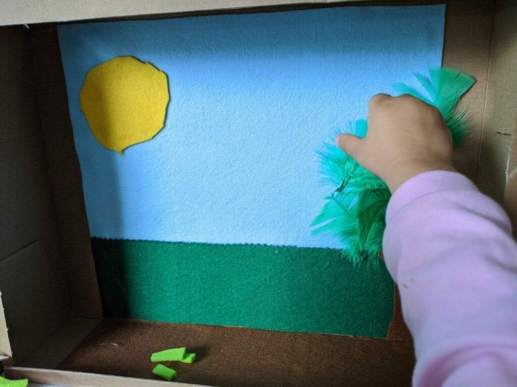 como fazer teatro com caixa de papelao 06