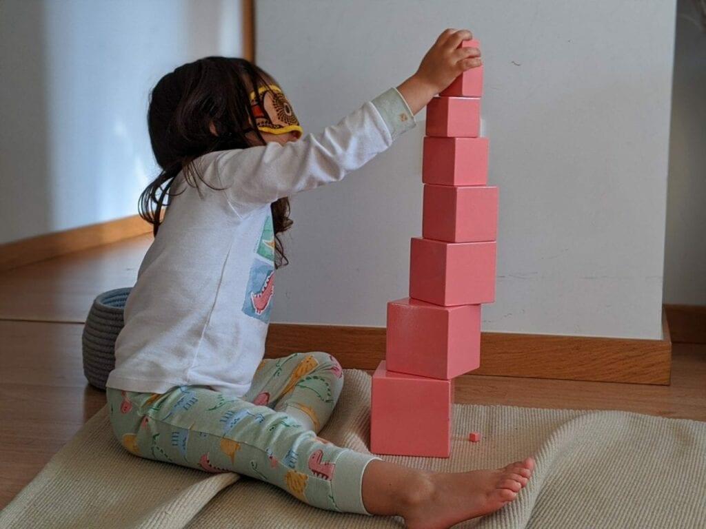 montar torre rosa montessoriana 01