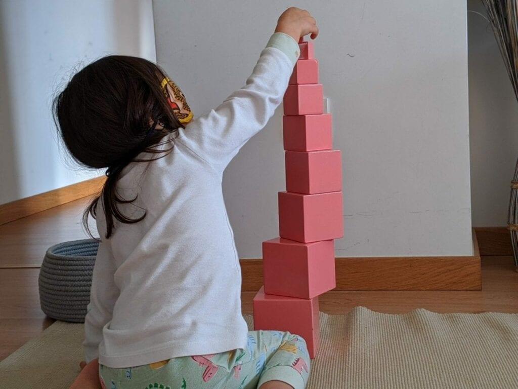 montar torre rosa montessoriana 05