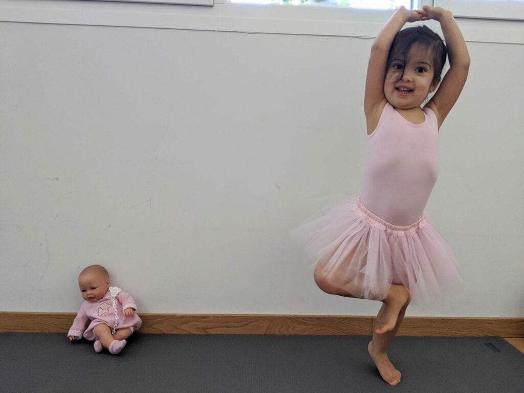 posturas de yoga para criancas arvore