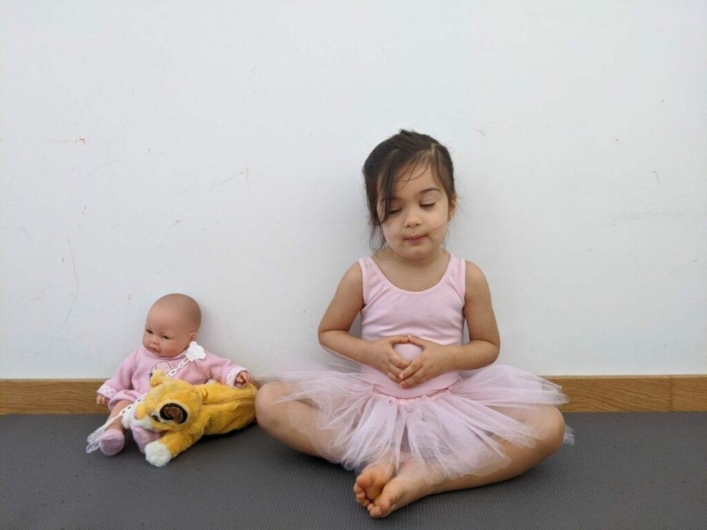 posturas de yoga para criancas loto