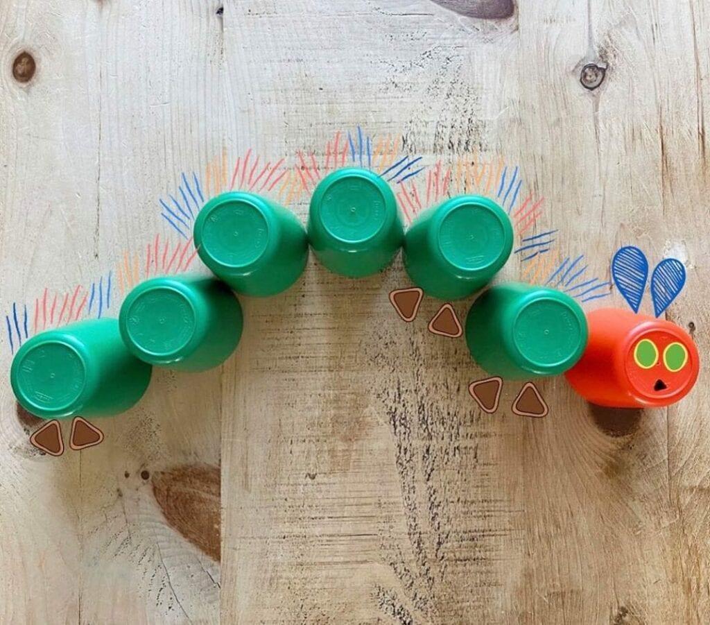 uma lagarta muito comilona com copos