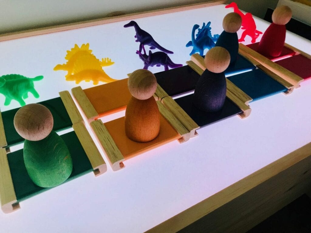 caixa de cores montessori na mesa de luz 01