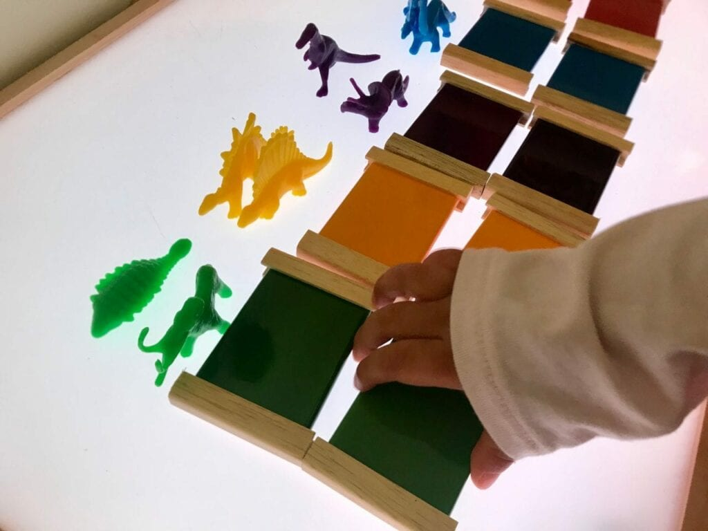 caixa de cores montessori na mesa de luz 02