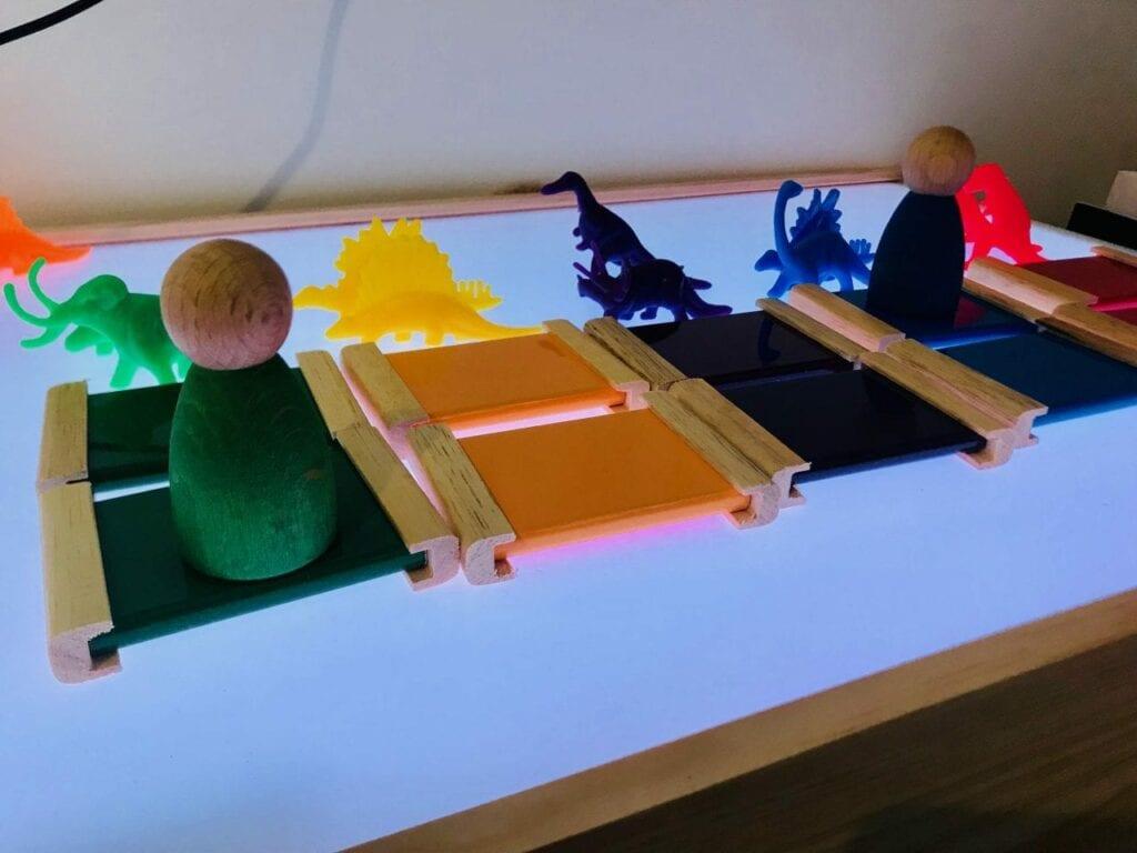 caixa de cores montessori na mesa de luz 03