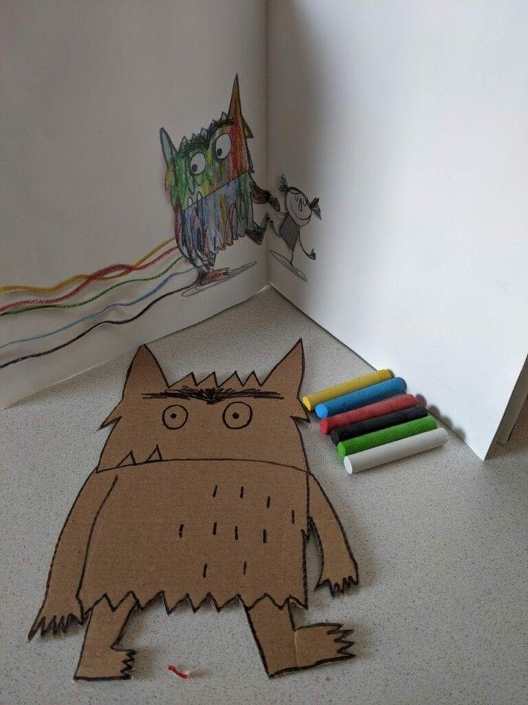 monstro das cores feito com caixa de papelao 02
