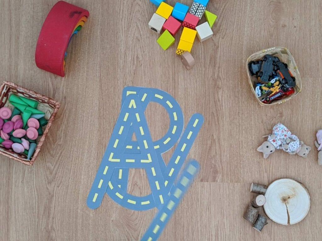 pista de carrinhos com letras do alfabeto 01