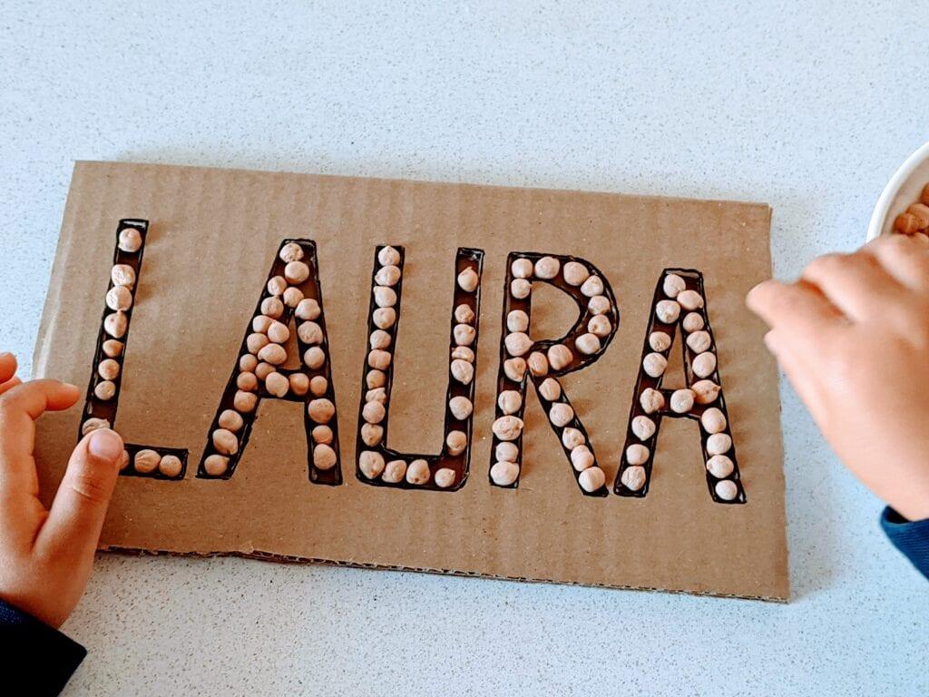 atividade com letras grandes de papelao