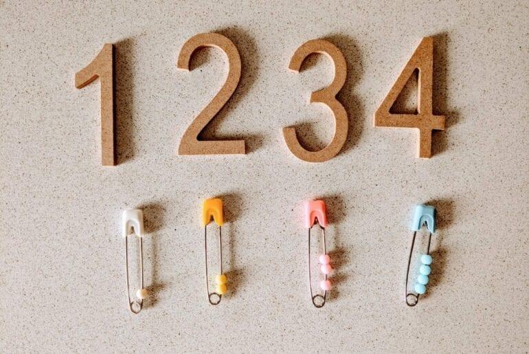 atividade de matematica com alfinete de seguranca