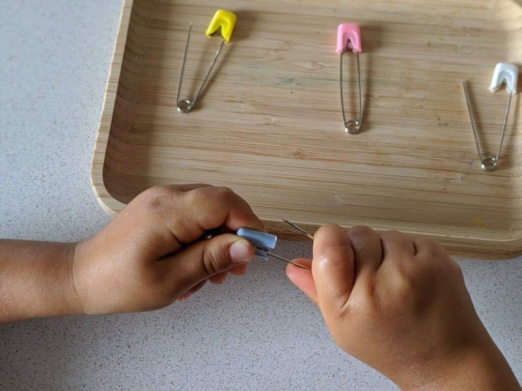 atividades com alfinetes de seguranca para educacao infantil