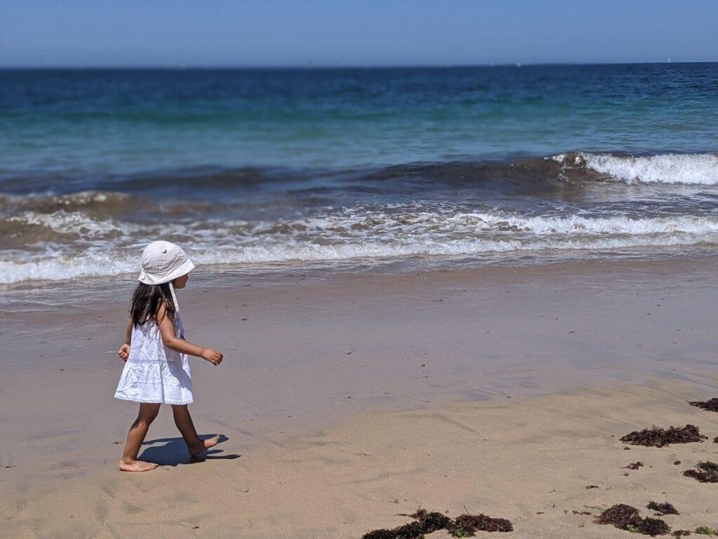atividades para fazer na praia - caminhar