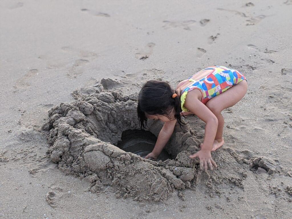 atividades para fazer na praia - cavar um poco